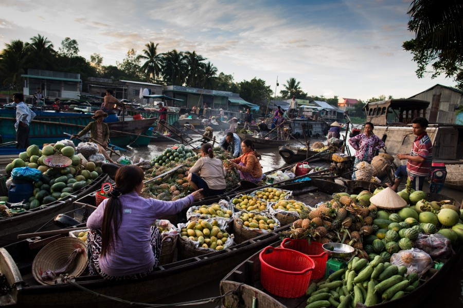 Fruit sellers at the Phong Diem floating market